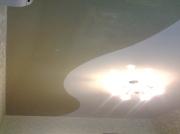 Натяжной потолок с криволинейной спайкой двух полотен: глянец белый и шоколад