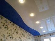 Натяжной потолок с криволинейной спайкой, двухцветный глянец