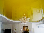Натяжной потолок глянцевый желтый