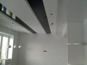 Натяжной потолок черный глянец во вставках