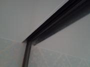 Натяжной потолок белый мат. Монтаж около стенового блока (стекло)