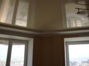 Натяжной потолок глянец беж помещение теневая сторона