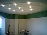 Натяжной потолок, вставки из белого глянца ПВХ в квадраты